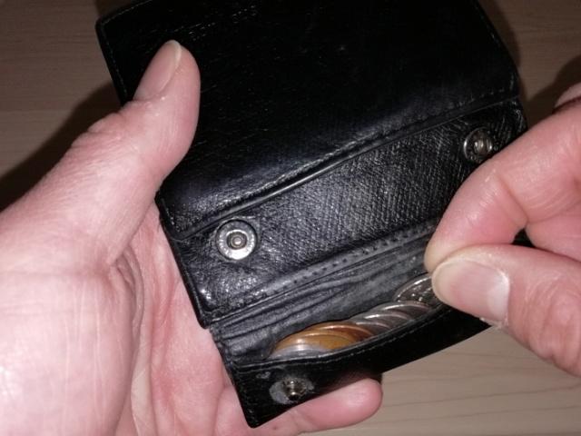 薄い財布の小銭の出し入れ