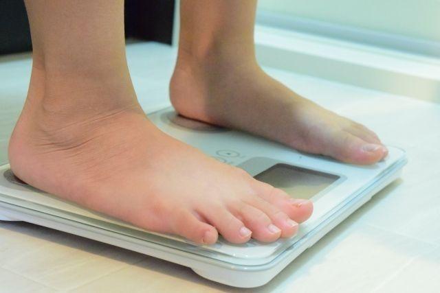 体重を測っている