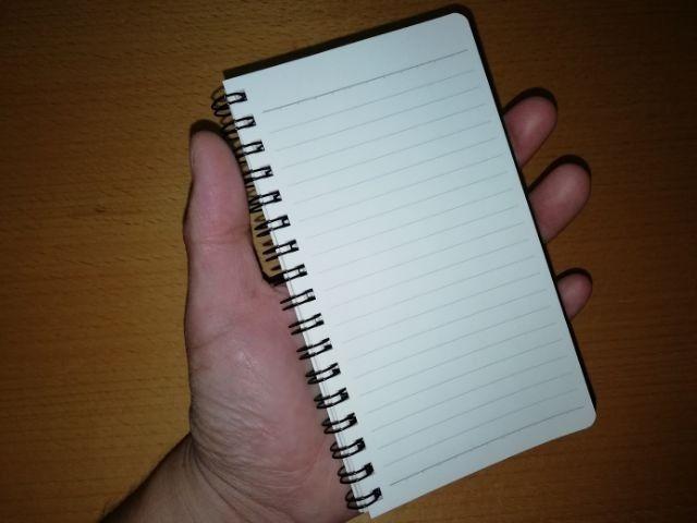 ノートを持つ手