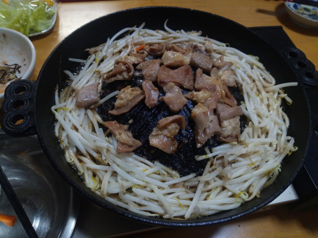 ジンギスカン鍋でホルモン焼き